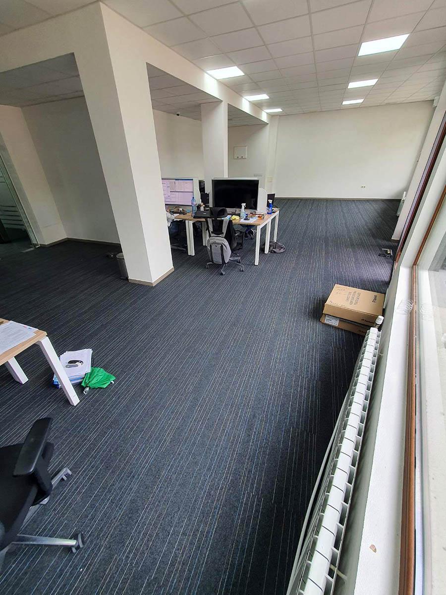 Офис с мокетни плочи